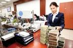 Cổ phiếu ngân hàng dậy sóng, sếp ngân hàng và người thân tung tiền tỷ thu gom