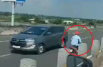 """Tài xế gào thét khi thấy người đàn ông chạy xe máy kiểu """"tự sát"""" trên cao tốc"""
