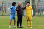 Clip: Quang Hải chấn thương phải tập riêng, thầy Park liên tục hỏi thăm sức khỏe trò cưng