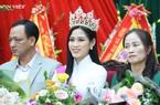 Clip: Cả làng, cả xóm ăn diện đi đón hoa hậu Đỗ Thị Hà về thăm quê