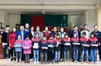 Nghệ An: Trao tặng vở cho học sinh ở vùng bị thiệt hại sau lũ
