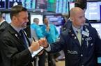"""Apple cảnh báo doanh thu giảm vì virus corona, Dow Jones """"bay"""" 165 điểm"""