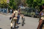 Ấn Độ phong tỏa, cảnh sát dùng gậy khống chế người vi phạm