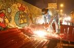Đội mưa giông dọn mái tôn bay xuống giữa đường gốm sứ Hà Nội