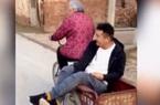 Câu chuyện thú vị đằng sau hình ảnh bà 92 tuổi đạp xe chở cháu trai 30 tuổi đi chơi