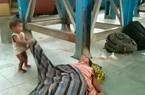 Em bé ngơ ngác khi mẹ chết ở ga tàu