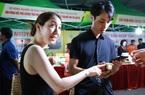 """Du khách nước ngoài thích thú, """"móc ví"""" mua sản phẩm OCOP tại phố đi bộ Trịnh Công Sơn"""