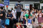 Dân Trung Quốc ùn ùn kéo đến xem cờ Mỹ ở lãnh sự quán Thành Đô bị hạ xuống