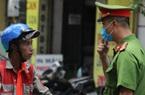 Hà Nội: Công an nhắc nhở đeo khẩu trang, nhiều người dân vẫn thờ ơ