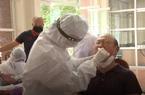 Thầy Park rùng mình nhăn mặt khi bị chọc que thử Covid -19 vào cổ họng