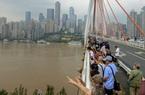 Người Trung Quốc hiếu kỳ đi xem mực nước sông Trường Giang lên cao chưa từng có