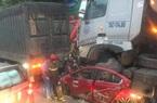 Xế hộp bị kẹp nát giữa 2 xe đầu kéo khiến 3 người chết