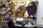 Bắt thanh niên cầm dao đâm nhân viên shop quần áo, cướp tài sản ở TP.HCM