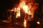 Cửa hàng vật tư hơn 300m2 bốc cháy dữ dội, mẹ và 2 con nhỏ thoát thân bằng cửa sổ