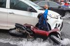 ẢNH: Người dân ngã nhào trong mưa ở TP.HCM