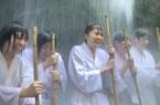 Thiền dưới thác nước lạnh 10 độ C để chống Covid-19