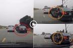 Clip: Ô tô mở cửa trên quốc lộ, cậu bé đùa nghịch ngã văng ra ngoài