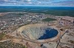 Đào kim cương trong chiếc hố sâu khổng lồ ở thị trấn Mirny, Siberia