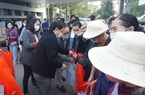 Chuyến xe yêu thương đưa gần 300 bệnh nhân và người nhà về quê ăn Tết