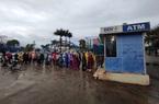 Ngày 28 Tết Nguyên đán Tân Sửu 2021: Công nhân đội mưa, xếp hàng dài chờ rút tiền ở cây ATM