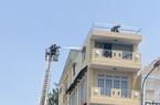 TP.HCM: Giải cứu 2 người đàn ông mắc kẹt trong đám cháy từ căn nhà 4 tầng