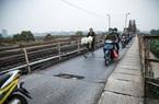 """Cầu Long Biên xuống cấp đến không ngờ, mặt đường nhiều ổ gà, """"hở hàm ếch"""" có thể nhìn rõ mặt nước sông Hồng"""