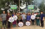 """Ninh Bình: Nông dân sáng tạo làm biển """"quảng cáo bảo vệ môi trường"""" bằng lốp xe hỏng"""