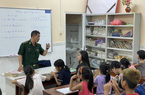 """""""Thầy giáo"""" thiếu tá hơn 17 năm dạy học cho trẻ nghèo"""