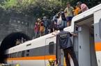 Video: Hành khách trên con tàu trật đường ray ở Đài Loan leo lên nóc tàu để thoát thân