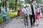Người dân đổ về công viên Thủ Lệ và hồ Gươm dịp nghỉ lễ, nhiều người thờ ơ với khẩu trang
