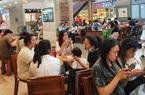 ẢNH: Bất chấp Covid-19, trung tâm thương mại ở TP.HCM vẫn nhộn nhịp, quán cà phê hết bàn
