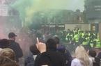 Clip: Cổ động viên Man Utd ẩu đả với cảnh sát bên ngoài SVĐ Old Trafford