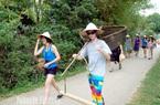 Vì sao khách du lịch là người nước ngoài cứ thích về tỉnh này tát nước, úp nơm bắt cá đồng, ngắm núi non?