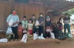 Nậm Pồ: Trao nhu yếu phẩm hỗ trợ các gia đình trong khu vực phong tỏa xã Si Pa Phìn