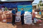 Báo NTNN/Điện tử Dân Việt trao quà của bạn đọc hỗ trợ đồng bào vùng dịch Nậm Pồ