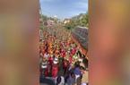 """Clip: """"Giật mình"""" cảnh tượng hàng trăm phụ nữ Ấn Độ tụ tập để cầu nguyện Covid-19 nhanh kết thúc"""