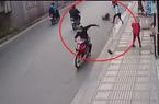 TP.HCM: Hai thanh niên chích điện, đạp ngã xe cô gái cướp tài sản táo tợn