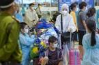 Vừa xuống sân bay, người từ TP.HCM về Hà Nội lập tức được xe buýt đưa đến khu cách ly tập trung