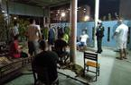 Nhóm người tụ tập ăn nhậu, mở loa hát karaoke trước cửa nhà khi giãn cách xã hội