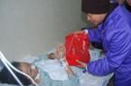 Tặng quà cho bệnh nhân không được về ăn Tết