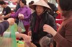 """Clip: Ấm áp người nghèo sắm Tết """"0 đồng"""" lần đầu tiên ở Hà Nội"""