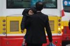 Trẻ nhỏ bơ phờ theo cha mẹ trở lại Thủ đô sau Tết Dương lịch