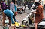 Cô gái đi xe máy chẹt nát nia hoa quả bán rong trên vỉa hè gây phẫn nộ