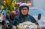 Người Hà Nội ướt đẫm mưa chen chúc giữa chợ hoa chiều 30 Tết