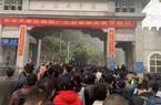 Hàng dài người từ Trung Quốc xếp hàng tại cửa khẩu biên giới