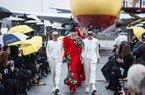 Bộ đôi NTK Vũ Ngọc & Son tổ chức fashion show ở sân bay New York
