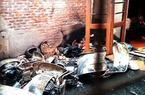 Cận cảnh xe Ford và Vespa cổ cháy trơ khung sắt