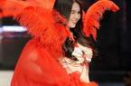 Ngọc Trinh đá lông nheo, mặc bikini, đeo cánh thiên thần