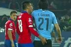 """Tuyển thủ Chile """"lĩnh đủ"""" vì """"sàm sỡ"""" Cavani"""