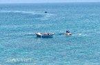 """Clip: Thuyền, thúng """"dàn trận"""" vây bắt cá bên thềm đảo Lý Sơn"""
